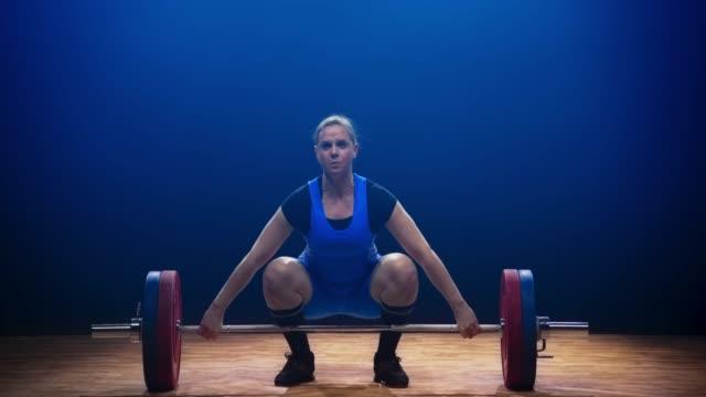 stockvideo's en b-roll-footage met vrouwelijke gewichtheffer niet aan de halter lift op een wedstrijd - gewichten