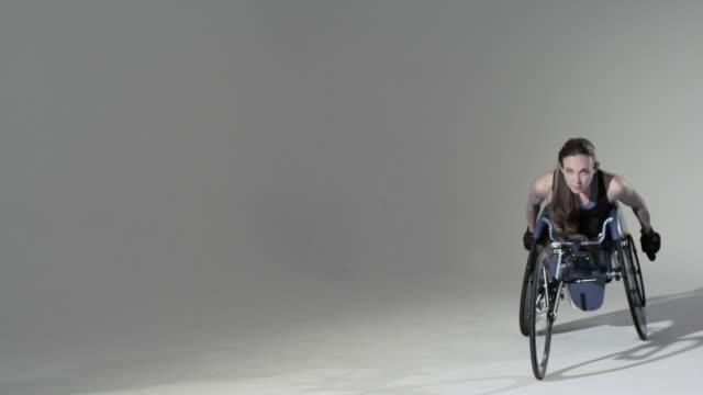 vídeos de stock e filmes b-roll de female wheelchair athlete - cadeira de rodas