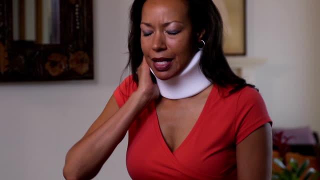 vídeos de stock, filmes e b-roll de decote feminino com lesão - batendo com a cabeça na parede