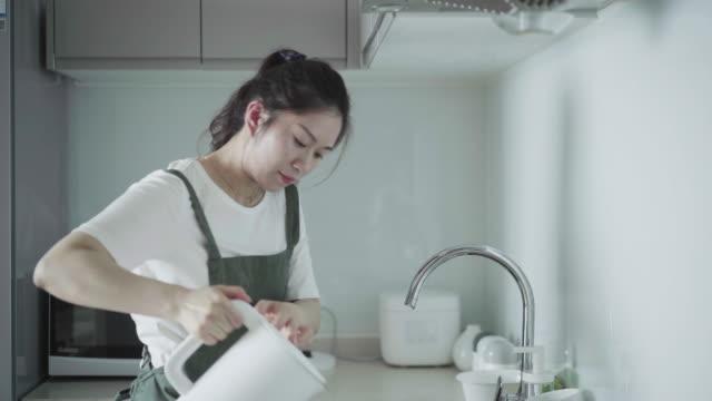 お茶とメス - 台所点の映像素材/bロール