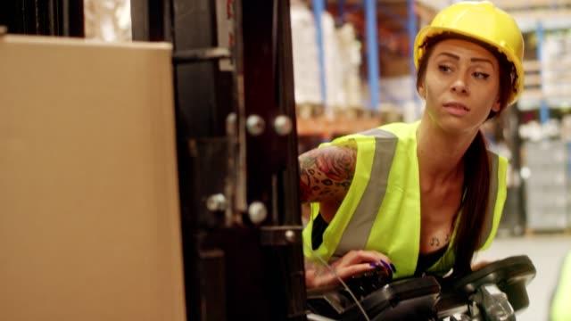 arbeitnehmerin auf einem gabelstapler fahren. lager - hubwagen stock-videos und b-roll-filmmaterial