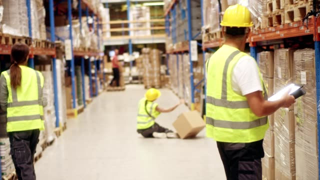 vídeos de stock e filmes b-roll de female worker falling down in warehouse - impacto