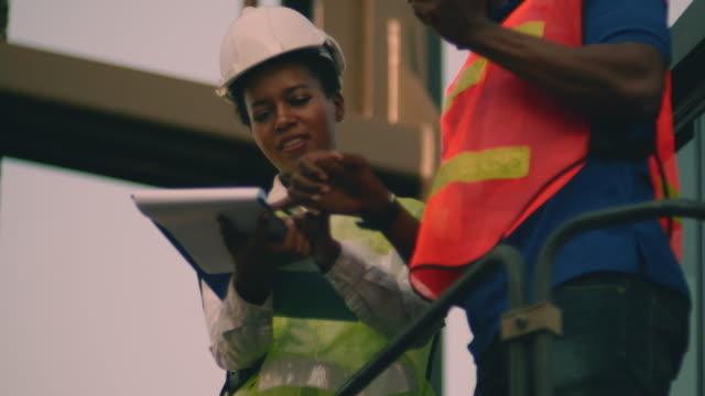 vidéos et rushes de travailleuse travaillant - débardeur