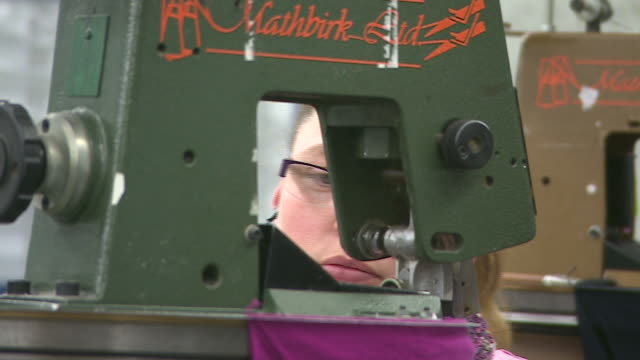 vidéos et rushes de female workers sewing in john smedley knitwear factory in derbyshire - usine textile