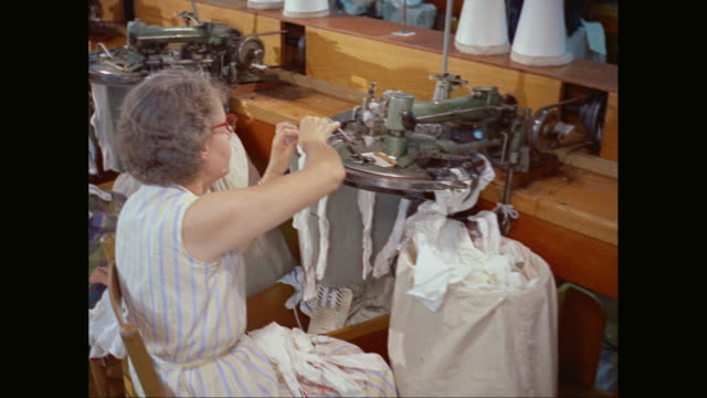 vidéos et rushes de ms pan female workers working in textile industry / united states - usine textile