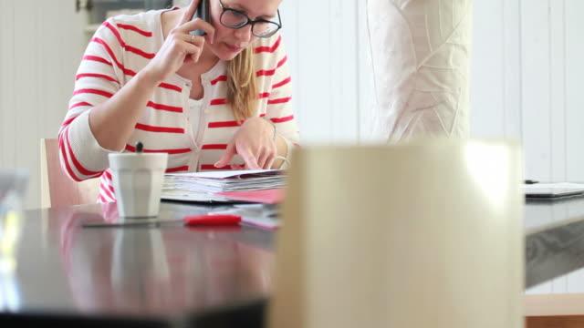 vidéos et rushes de femme travaillant à domicile sur le téléphone - seulement des jeunes femmes