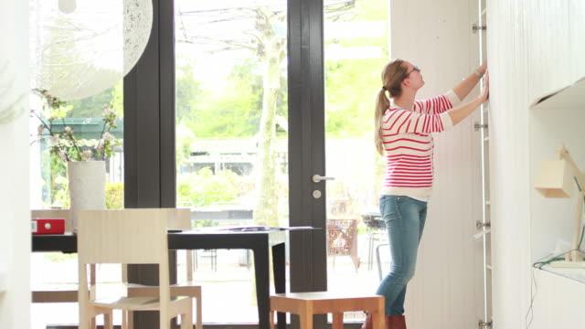 vidéos et rushes de femme travaillant à la maison soulever dossier - hot desking