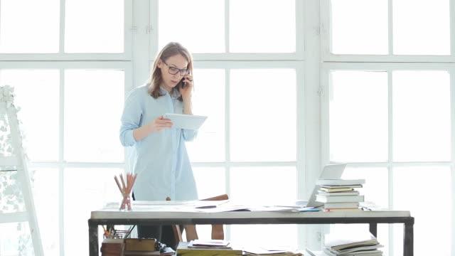 Frauen arbeiten in Ihrem Büro.
