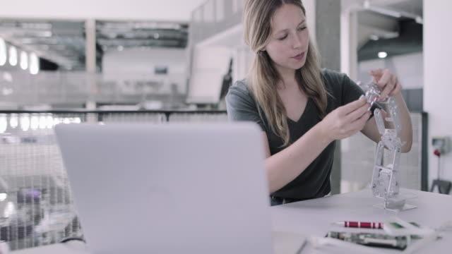vídeos y material grabado en eventos de stock de female working on robotics - robótica