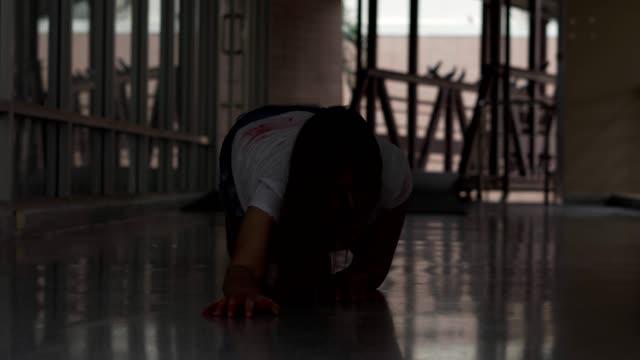 vidéos et rushes de zombie féminin observant l'homme attaquant en colère, projectile du visage horrible de la fille effrayante agonisant dans l'exorcisme, concept d'halloween - agression