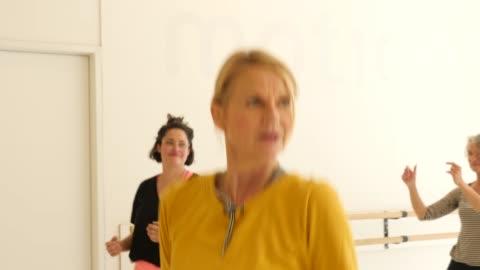 vídeos y material grabado en eventos de stock de mujeres aprendiendo danza en el estudio de fitness - mature women