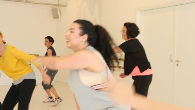 フィットネスクラブでダンスを練習する女性 - ダンススタジオ点の映像素材/bロール