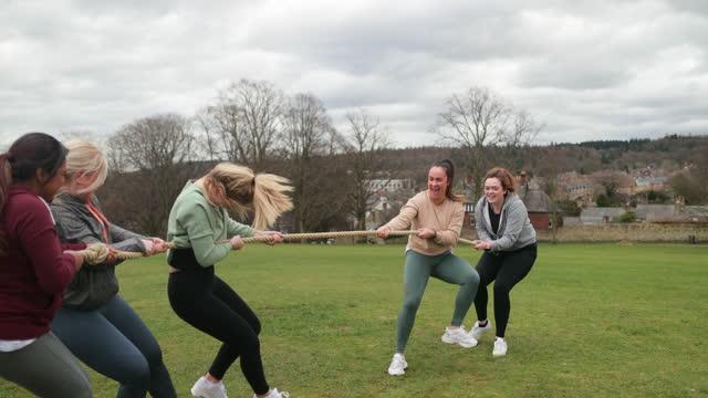 females tug-of-war challenge - bonding stock videos & royalty-free footage