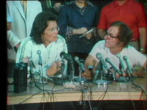 feminist and professional tennis player billie jean king debates with known male chauvinist bobby riggs at a press conference promoting their battle... - kampf der geschlechter konzept stock-videos und b-roll-filmmaterial