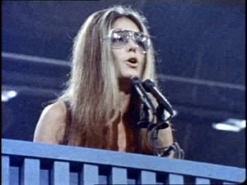feminist gloria steinem speaks into the microphones at a podium. - frauenrechte stock-videos und b-roll-filmmaterial