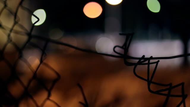 Zaun, Defocused vorbeifahrenden Auto, Nacht, Licht-Reflexion