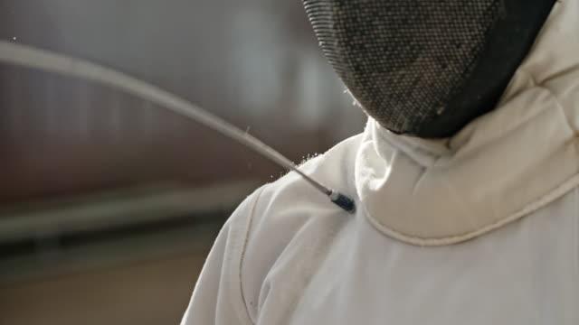 vídeos y material grabado en eventos de stock de fencer hit with foil in shoulder - en guardia