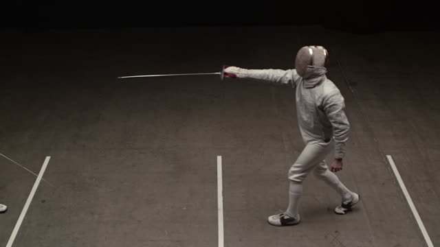 vídeos y material grabado en eventos de stock de fencer parry opponent attack then touchã© - en guardia