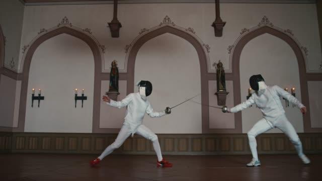 vídeos y material grabado en eventos de stock de tiradores luchando con espadas de espada en el castillo - en guardia