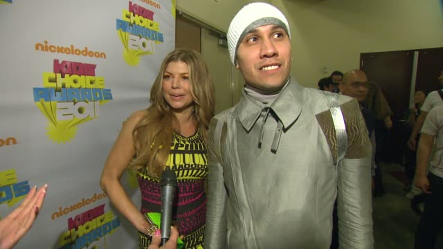vídeos de stock e filmes b-roll de fergie and taboo on the event at the nickelodeon's 2011 kids' choice awards backstage at los angeles ca - nickelodeon kids' choice awards