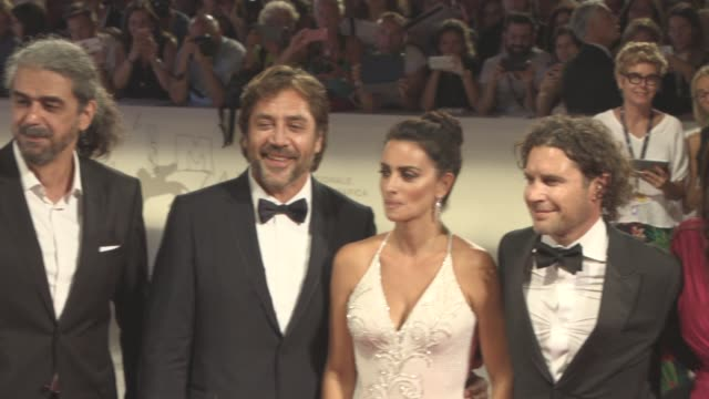 vídeos de stock, filmes e b-roll de fernando león de aranoa javier bardem penélope cruz dean nichols avi lerner miguel menéndez de zubillaga at 'loving pablo' red carpet 74th venice... - penélope cruz