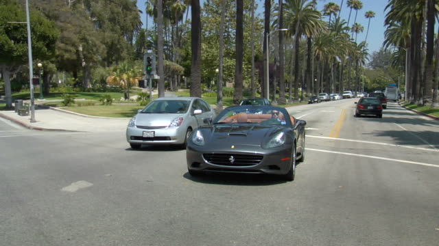 vídeos de stock e filmes b-roll de ms slo mo pov ferrari car inmoving on street audio / beverly hills, california, united states - carro descapotável