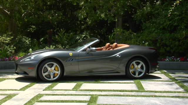 vidéos et rushes de ms ferrari parked on street  audio / beverly hills, california, united states - aller tranquillement