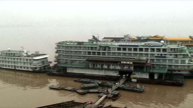 vídeos de stock, filmes e b-roll de ws ha pan ferries on yangtze river, china - ancorado