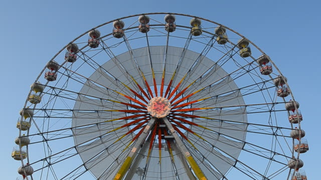 stockvideo's en b-roll-footage met ferris wheel against blue sky - heldere lucht