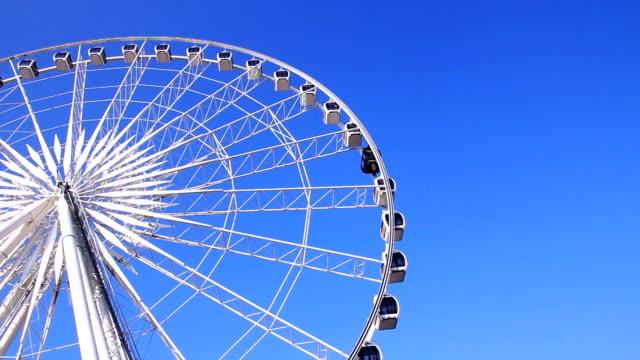 vídeos de stock, filmes e b-roll de roda-gigante contra o céu azul - roda gigante