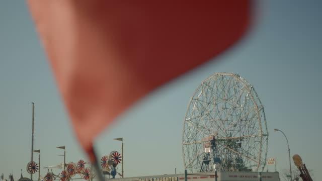 ruota panoramica sullo sfondo bandiera rossa sventolare al vento - in rovina video stock e b–roll