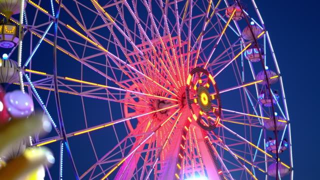 vidéos et rushes de grande roue le soir - parc d'attractions