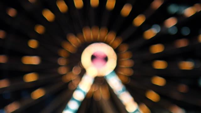 vidéos et rushes de lumières de roue de ferris la nuit - format hd