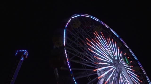 ferris wheel lights at night - fairy lights stock-videos und b-roll-filmmaterial