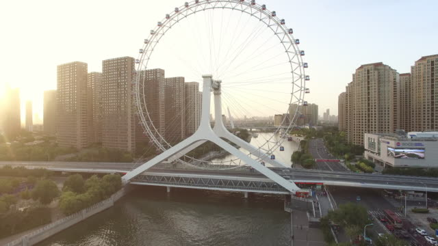 川と近代的な都市を観覧 - 観覧車点の映像素材/bロール