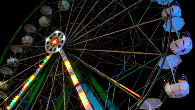 ferris wheel spinning at night - big wheel stock videos & royalty-free footage