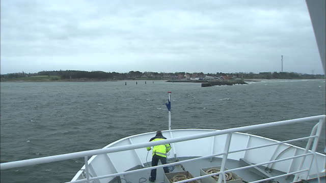 a ferry approaches samso island in denmark. - fähre stock-videos und b-roll-filmmaterial