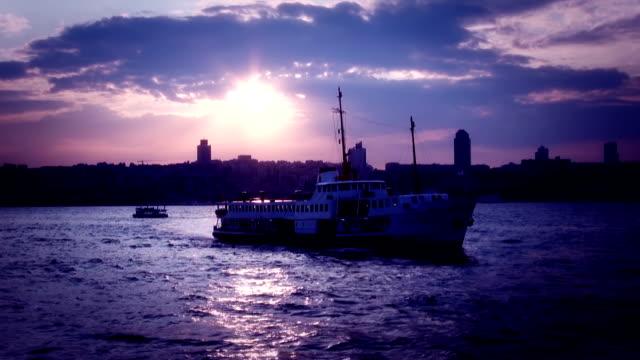 vídeos y material grabado en eventos de stock de ferry en puesta de sol - estrecho de bósforo