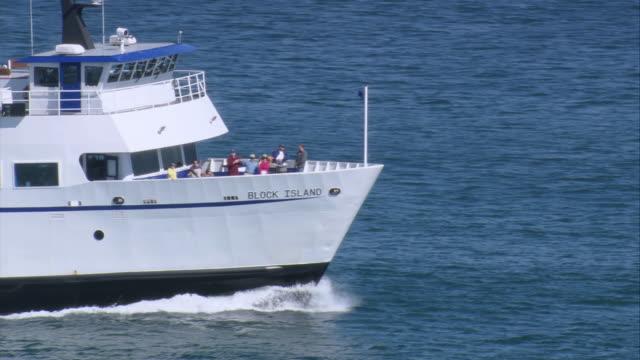 vídeos de stock e filmes b-roll de aerial a ferry boat entering new shoreham harbor / new shoreham, rhode island, united states - rasto de movimento
