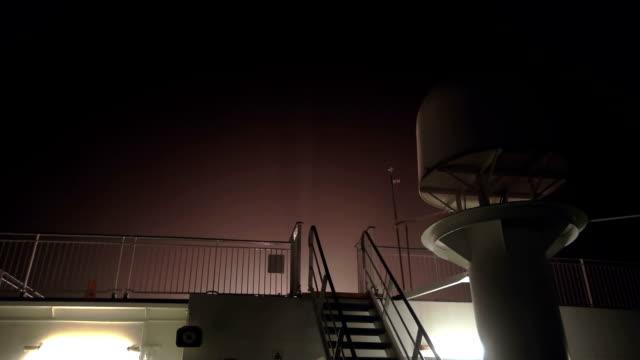 夜の嵐の中フェリー デッキ - サーチライト点の映像素材/bロール