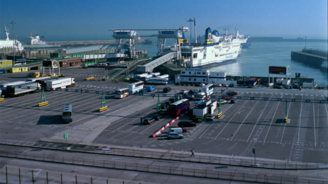 vidéos et rushes de t/l, ws, ha, ferry docking at port, traffic disembarking, ferry terminal, dover, england - ferry