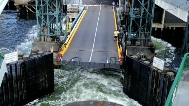 stockvideo's en b-roll-footage met ferry docking - middelgrote groep dingen