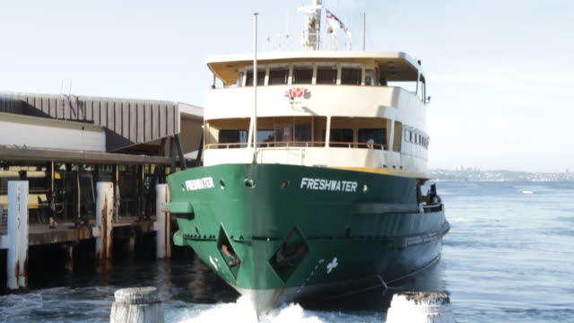 vidéos et rushes de ferry docks at manly wharf - ferry