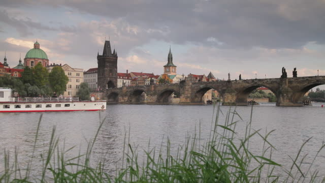 a ferry floats along the river vltava in prague. - フラッチャニ城点の映像素材/bロール