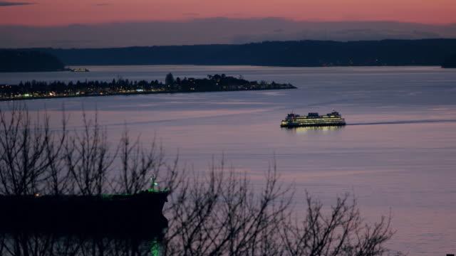 ferry going through elliott bay in seattle - elliott bay bildbanksvideor och videomaterial från bakom kulisserna