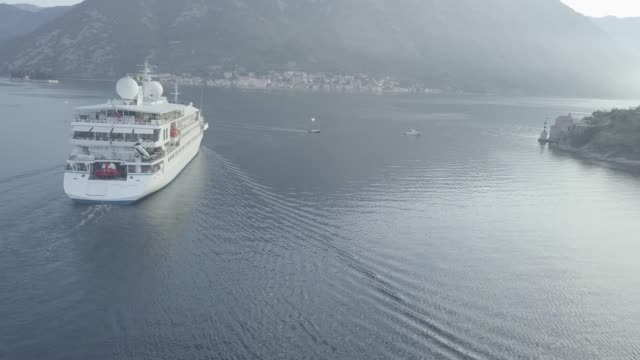 ferry in kotor bay - mare adriatico video stock e b–roll