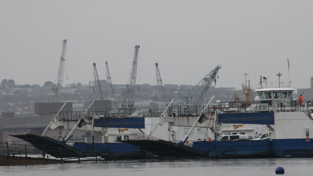 vídeos y material grabado en eventos de stock de ferry in plymouth port, site of new english freeport. davenport will be one of the new english freeports, low-tariff business zones being created to... - export palabra en inglés