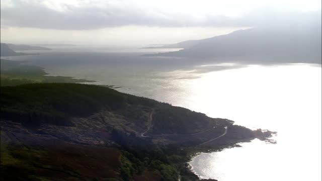 vídeos de stock e filmes b-roll de balsa no som da ilha mull-vista aérea-escócia, argyll e bute, reino unido - ilha mull