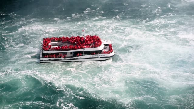 stockvideo's en b-roll-footage met a ferry moves closer to the waterfall at niagara falls in ontario canada shot on the 16th of october 2014 - passagiersboot