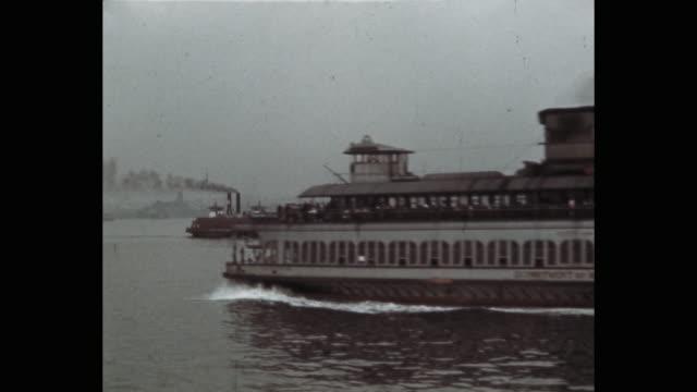 vídeos y material grabado en eventos de stock de ferry moving in ny harbor, new york city, ny, usa - puerto de nueva york
